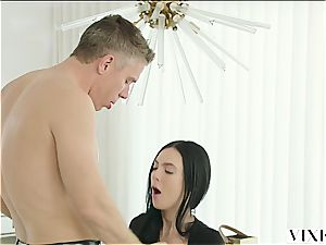 Marley Brinx has an extramarital adventure with her manager Mick