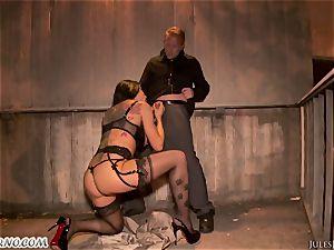 Romi Rain - epic super-steamy first-timer porno in the street