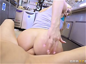 Coffee shop stunner Victoria Summers humps her first customer