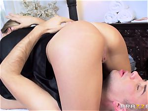 Getting a super-naughty massage from pretty beauty Subil bend